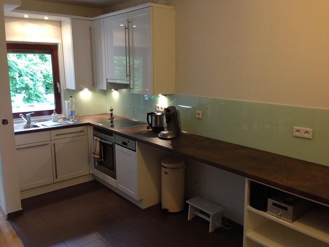 """Vorhandene Küche mit neuer Arbeitsplatte und lackiertem Glasspritzschutz """"aufgepeppt"""""""