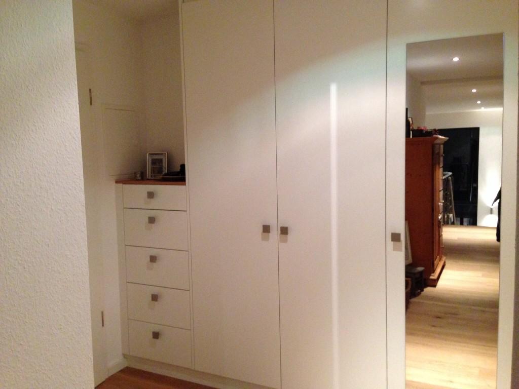 Garderobe mit Schubkästen und Spiegel